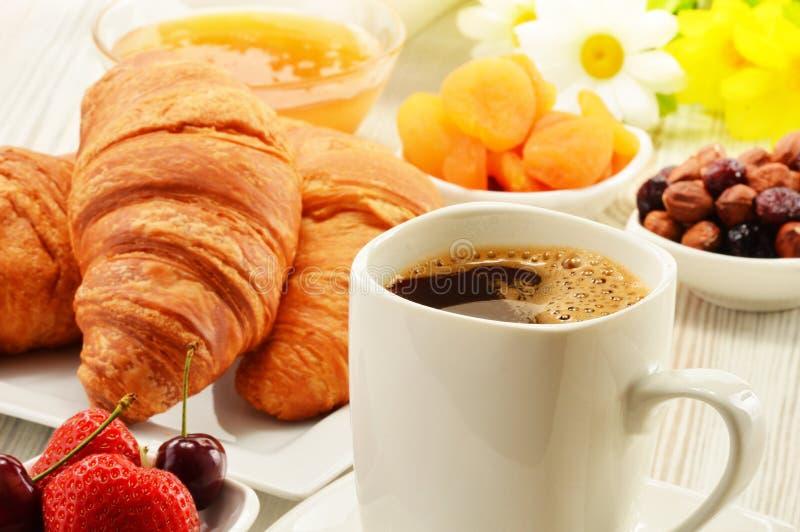 Śniadanie z croissants filiżanka kawy i owoc obraz stock