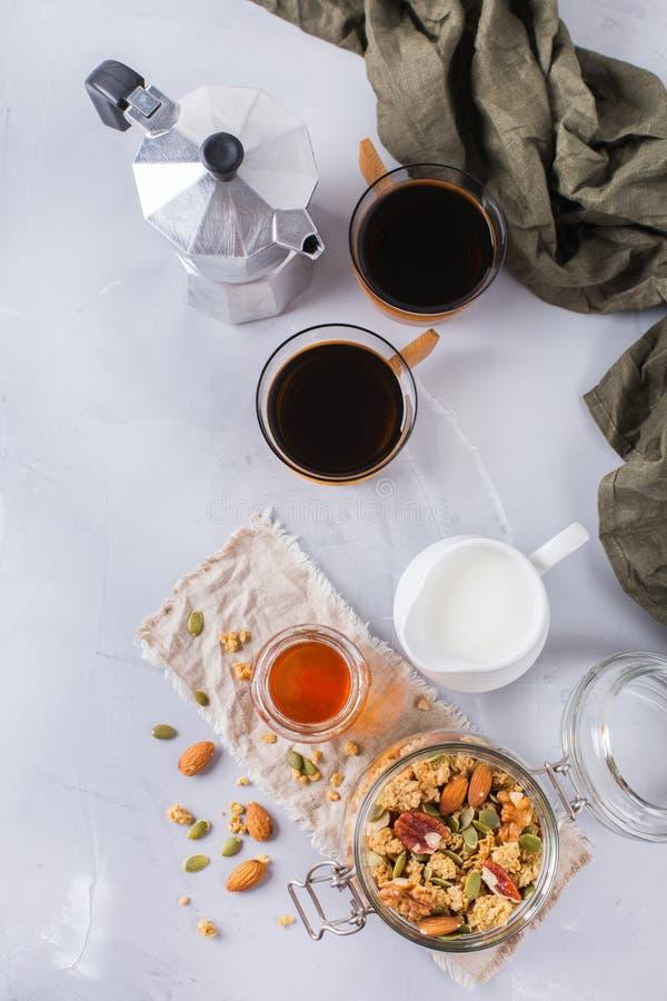 Śniadanie z czarnej kawy muesli granola dokrętek miodowym mlekiem fotografia royalty free