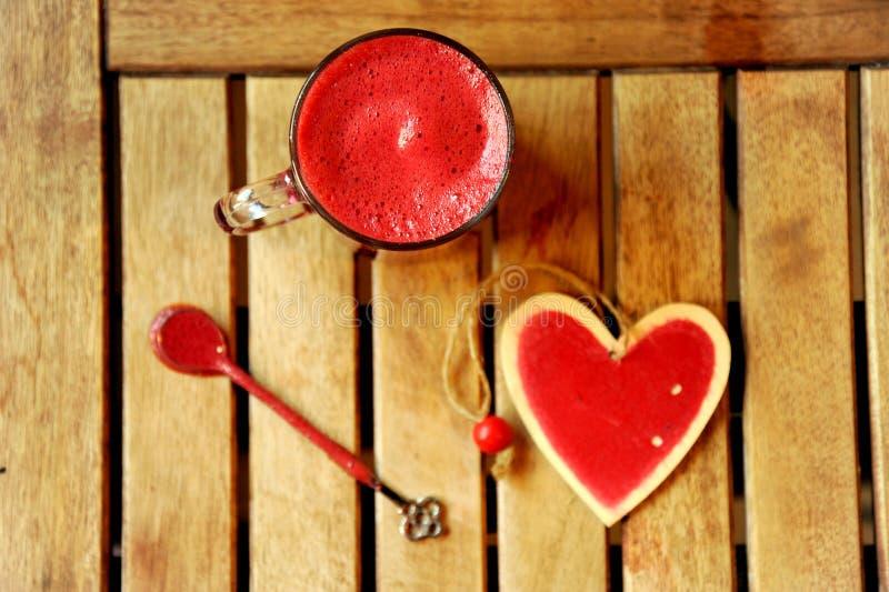 Śniadanie z czerwonego buraka sokiem na drewnianym stole obrazy royalty free
