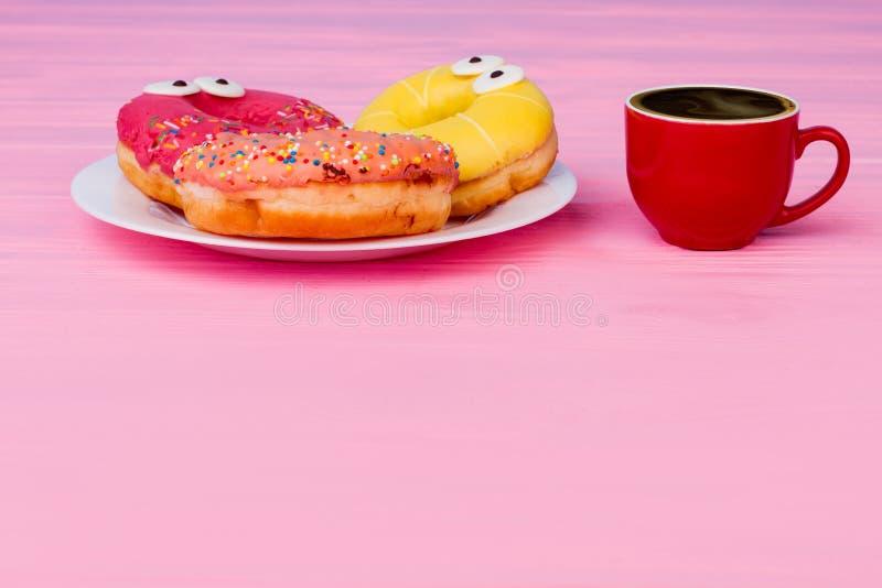 Śniadanie z donuts i kawą na drewnianym stole zdjęcie stock
