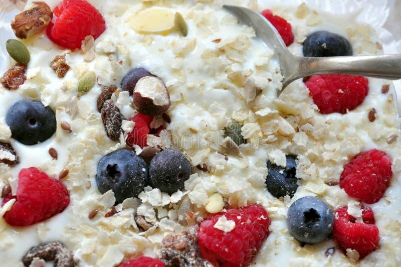 Śniadanie z glutenu bezpłatnymi zbożami i owoc obrazy royalty free
