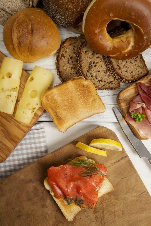 Śniadanie z Graved łososiem na grzanka chlebie, baleron, ser, bagel obrazy stock