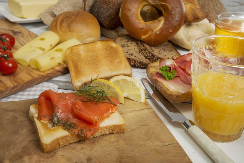 Śniadanie z Graved łososiem na grzanka chlebie, baleron, ser, sok obraz royalty free