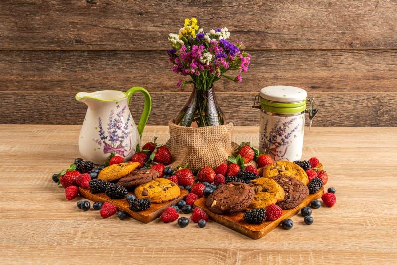 Śniadanie z jagodami, czekoladowymi ciastkami i mlekiem, fotografia stock