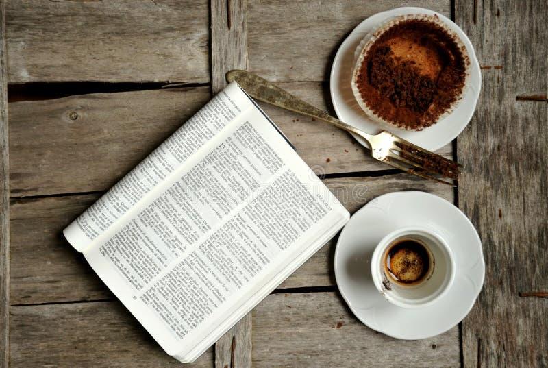 Śniadanie z kawą, czekoladą i książką, obraz stock