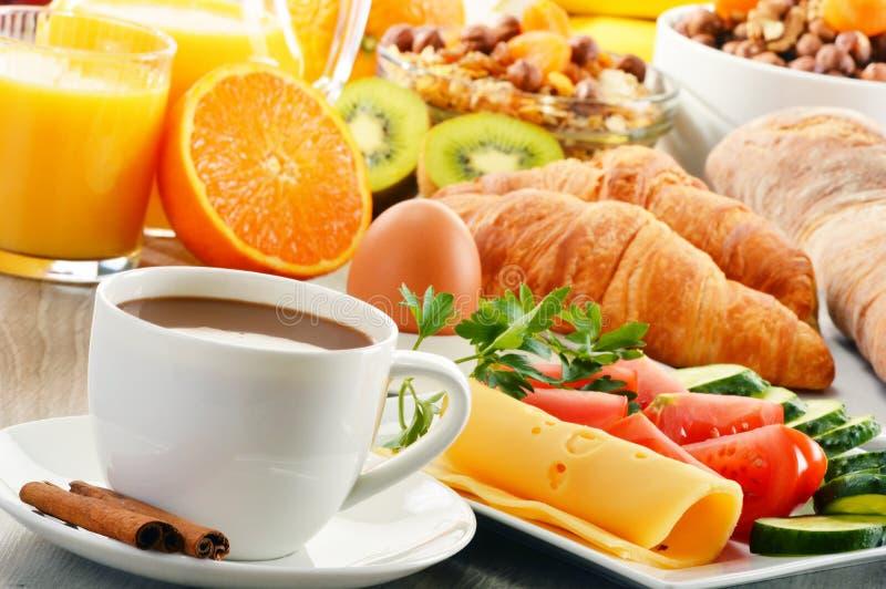 Śniadanie z kawą, sok pomarańczowy, croissant, jajko, warzywa fotografia stock