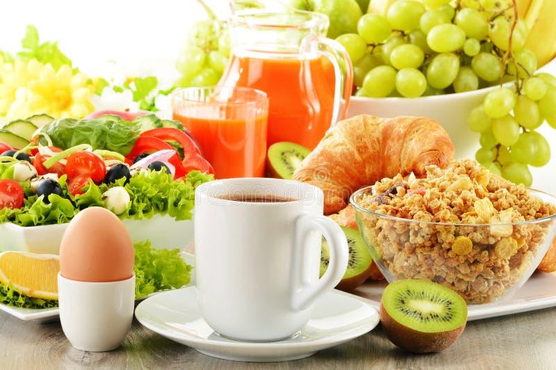 Śniadanie z kawą, sokiem, croissant, sałatką, muesli i jajkiem, zdjęcia stock