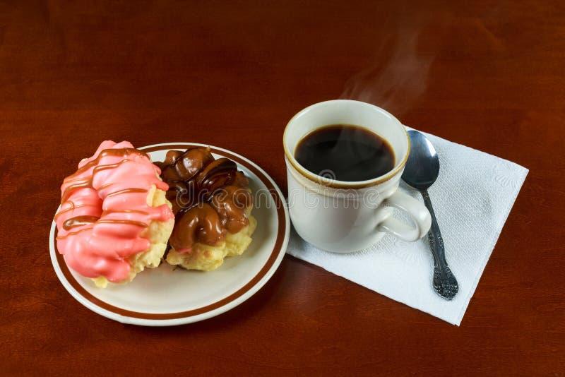Śniadanie z kawowymi donats i croissants obrazy royalty free