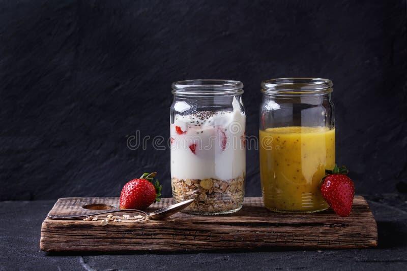 Śniadanie z muesli i jogurtem zdjęcie stock