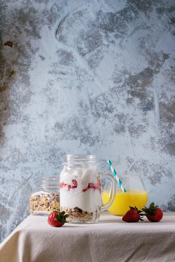 Śniadanie z muesli i jogurtem fotografia royalty free