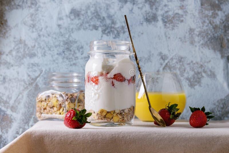 Śniadanie z muesli i jogurtem zdjęcia stock