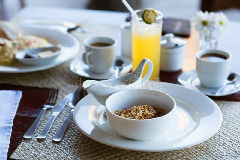 Śniadanie z zbożami, mlekiem, owocowym sokiem i kawą, fotografia stock