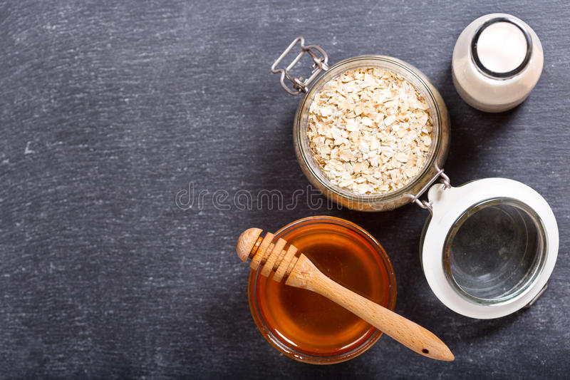 Śniadanie z zbożem, mlekiem i miodem, obraz stock
