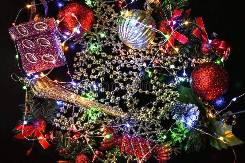 Śniadanio-lunch wiele glosa nowy rok bawi się z koralikami, pudełkiem i piłkami, fotografia royalty free
