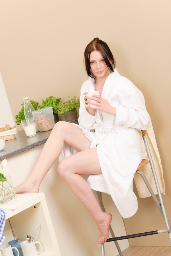 śniadaniowa dziewczyna kuchennych studenckich potomstwa zdjęcia stock