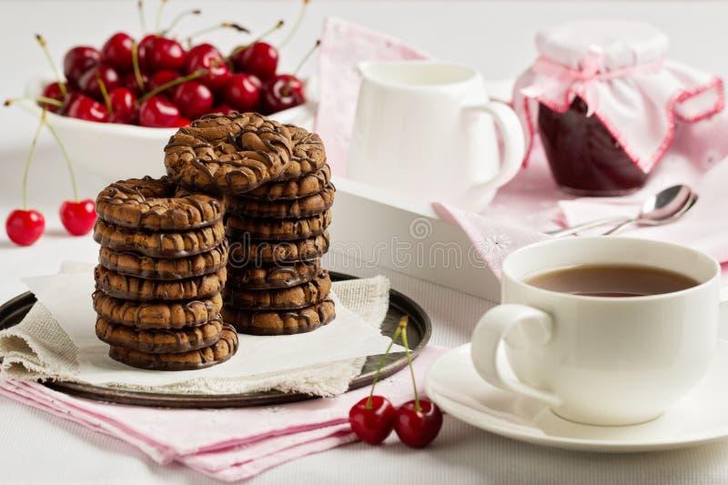 Śniadaniowa herbata z czekoladowego układu scalonego ciastkami na białej tacy fotografia stock