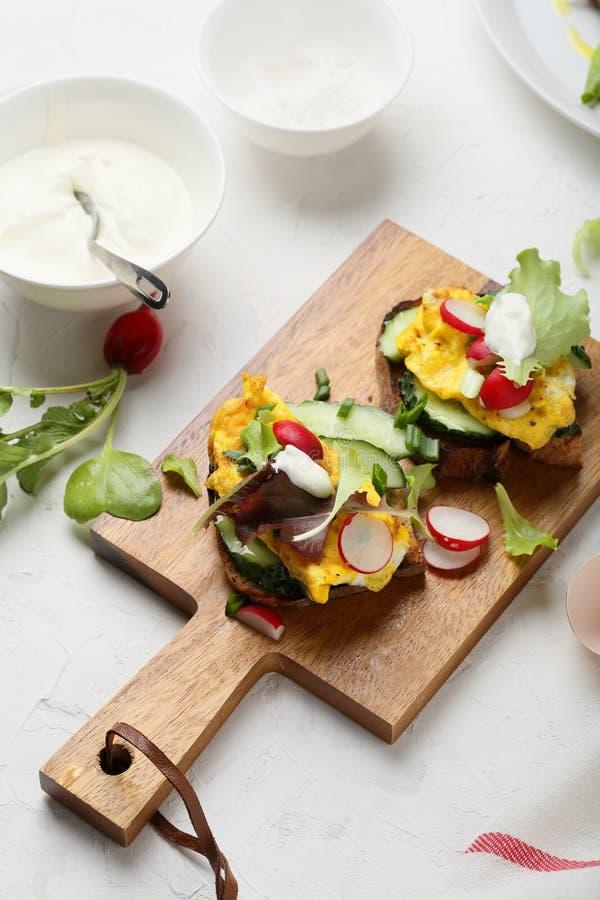 Śniadaniowa kanapka z rozdrapanymi jajkami zdjęcia stock