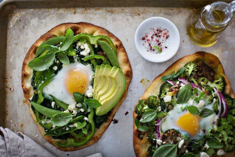 Śniadaniowa pizza z piec jajkiem i zieleniami fotografia stock