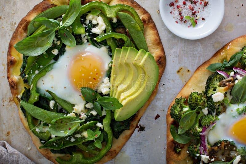 Śniadaniowa pizza z piec jajkiem i zieleniami zdjęcia royalty free