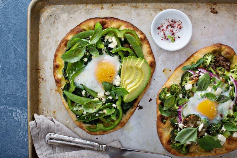 Śniadaniowa pizza z piec jajkiem i zieleniami fotografia royalty free