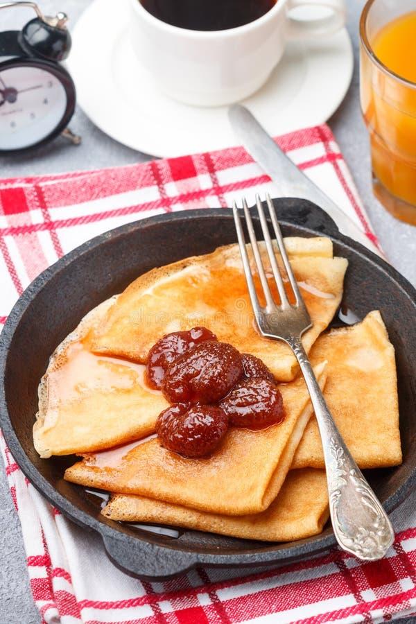 Śniadaniowe krepy Ciency bliny z truskawkowym dżemem obrazy royalty free