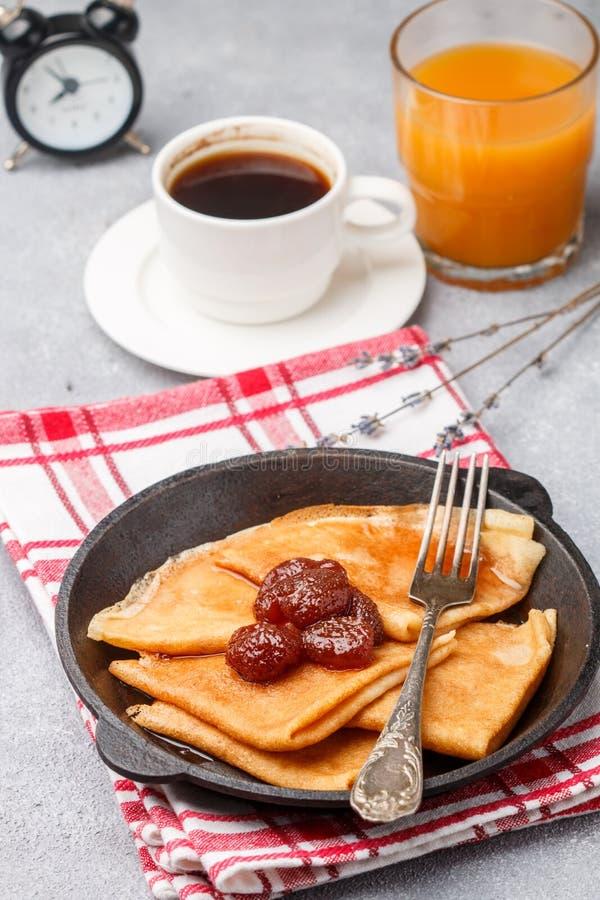 Śniadaniowe krepy Ciency bliny z truskawkowym dżemem obraz stock