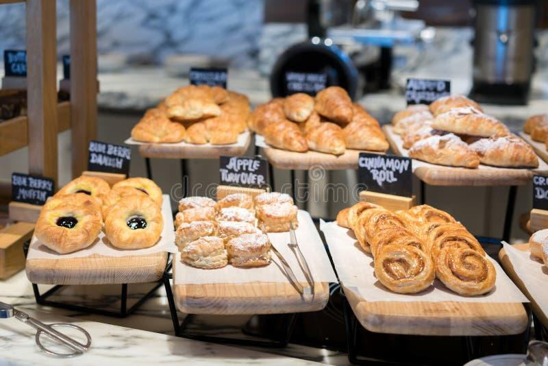 Śniadaniowe linie różni smaków danishs, babeczki i muffins wewnątrz, zdjęcie royalty free
