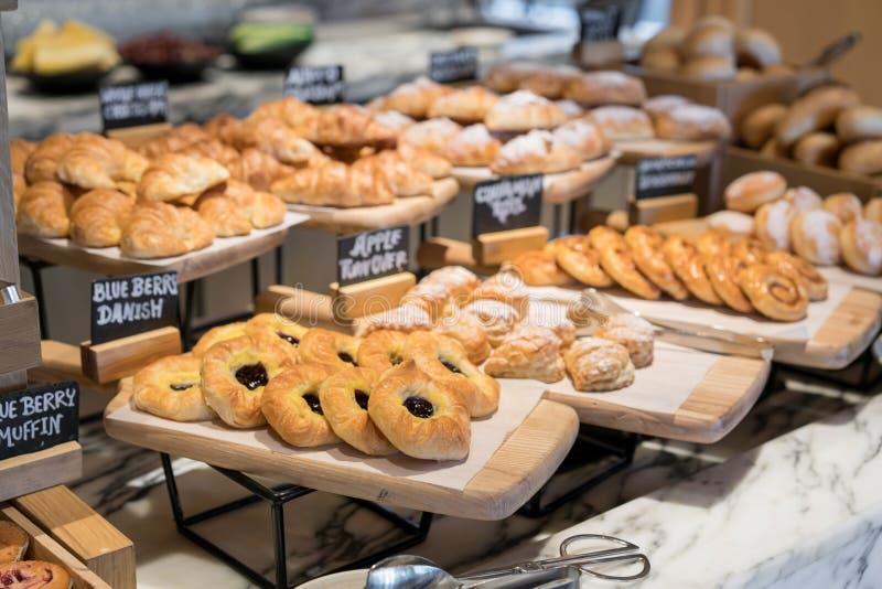 Śniadaniowe linie różni smaków danishs, babeczki i muffins wewnątrz, zdjęcia stock