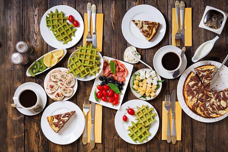 Śniadaniowego jedzenia stół Świąteczny śniadanio-lunch set, posiłek rozmaitość z wirem obrazy stock
