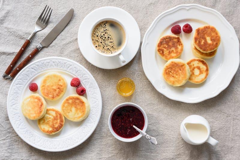 Śniadaniowego stołu chałupy sera bliny, kawa, śmietanka, miód i dżem, fotografia stock