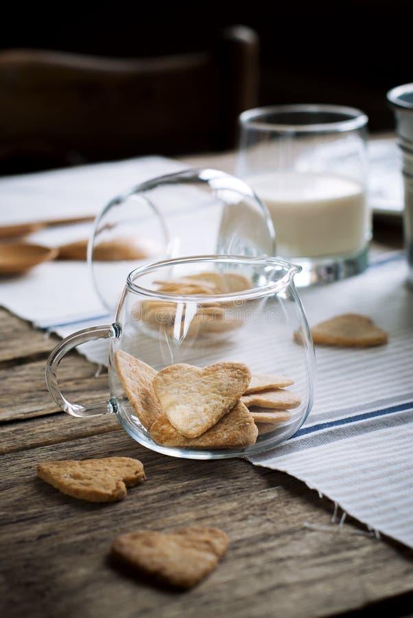 Śniadaniowi ciastka w formie serc w słoju na drewnianym stole obrazy stock