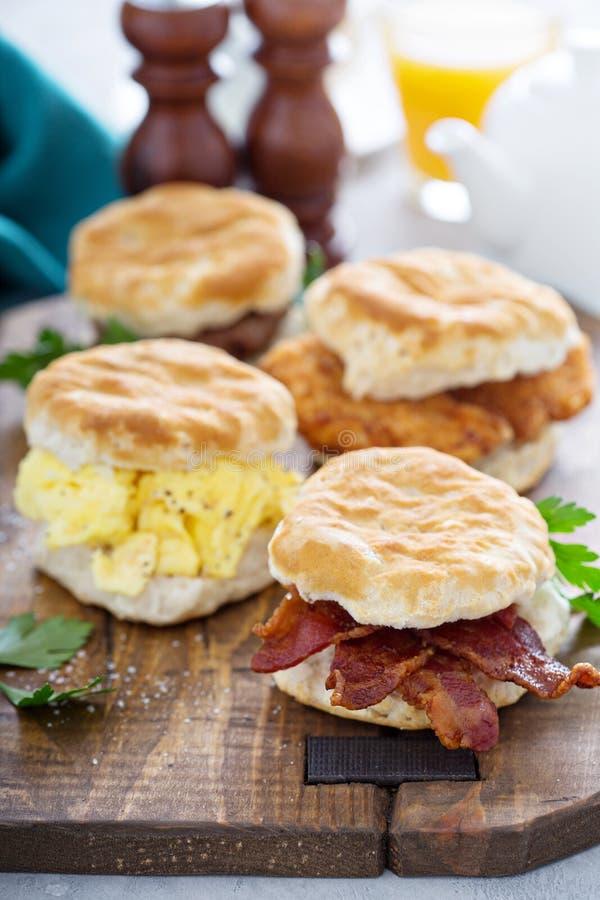 Śniadaniowi ciastka z miękką częścią gramolili się jajka i bekon obraz royalty free