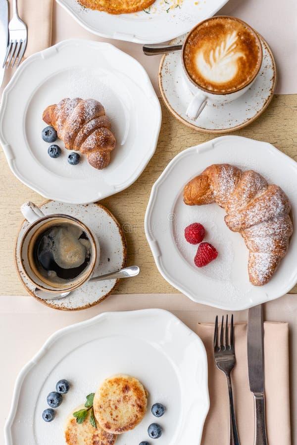 Śniadaniowi Croissants, kawa i wiele różni naczynia na stole w restauracji, Frittata - włoski omlet fotografia stock