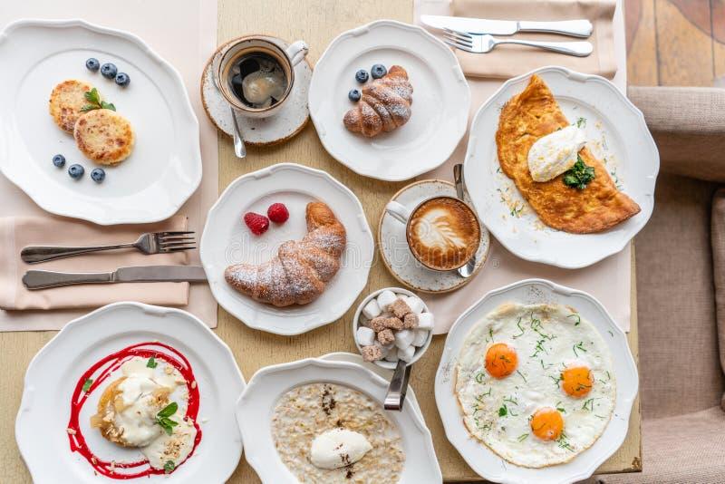 Śniadaniowi Croissants, kawa i wiele różni naczynia na stole w restauracji, Frittata - włoski omlet zdjęcia stock