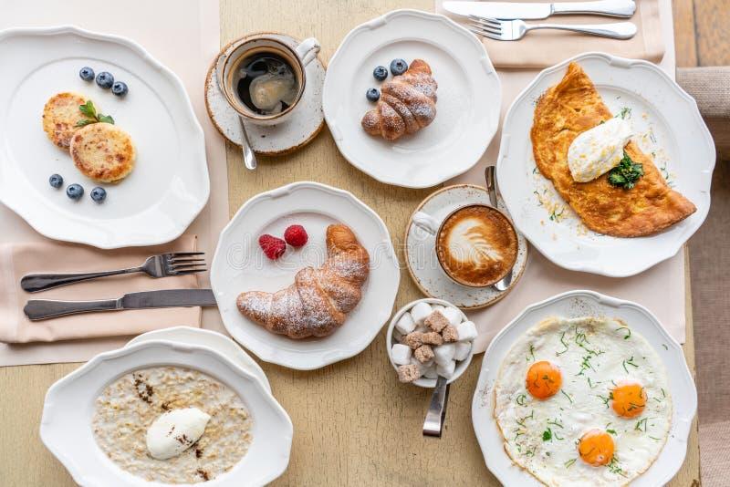 Śniadaniowi Croissants, kawa i wiele różni naczynia na stole w restauracji, Frittata - włoski omlet zdjęcie stock