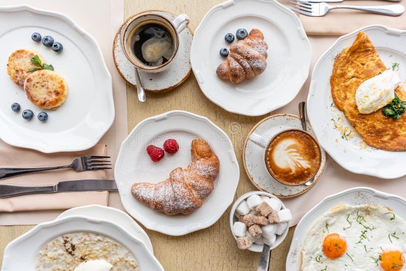 Śniadaniowi Croissants, kawa i wiele różni naczynia na stole w restauracji, Frittata - włoski omlet obrazy royalty free