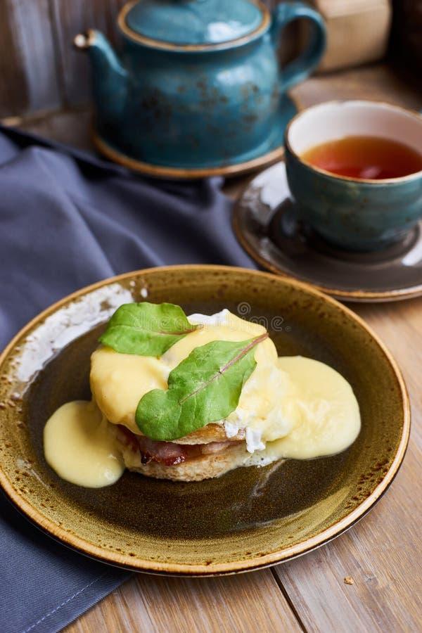 Śniadaniowi jajka Benedykt i herbata zdjęcia stock