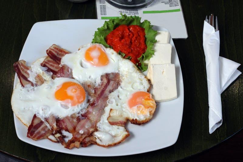 Śniadaniowi jajka z bekonem w restauraci obrazy royalty free