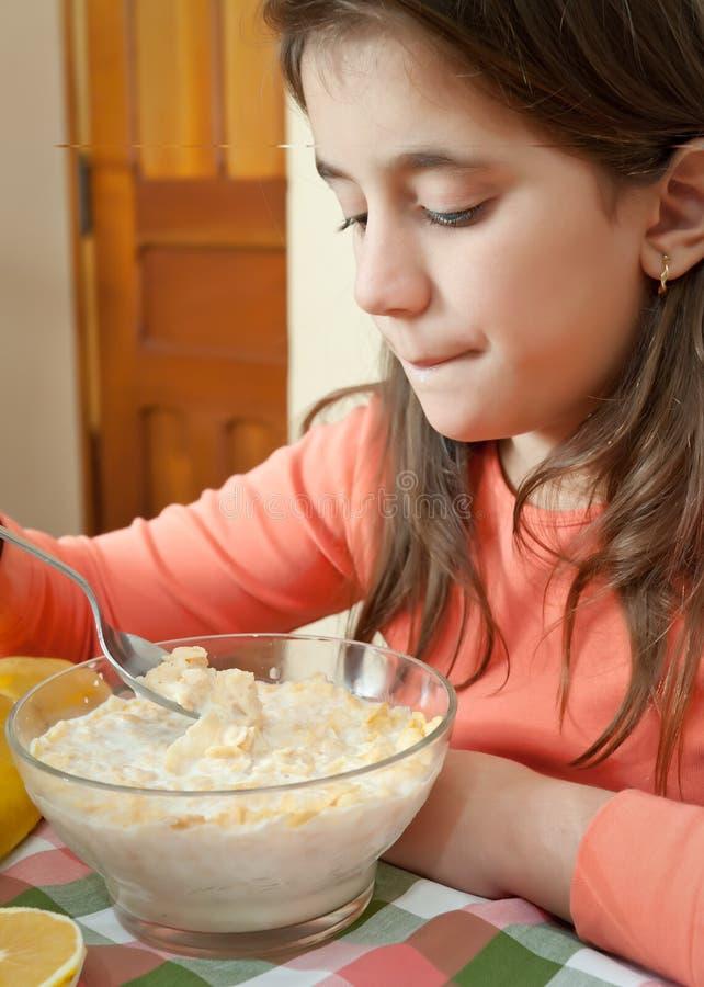 śniadaniowy śliczny łasowania dziewczyny domu latin obrazy stock