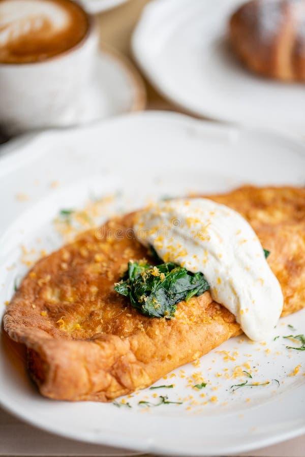 Śniadaniowy Frittata - włoski omlet Omelette z pomidorami, avocado, szpinakami i miękkim serem, Croissants, kawa i zdjęcia royalty free
