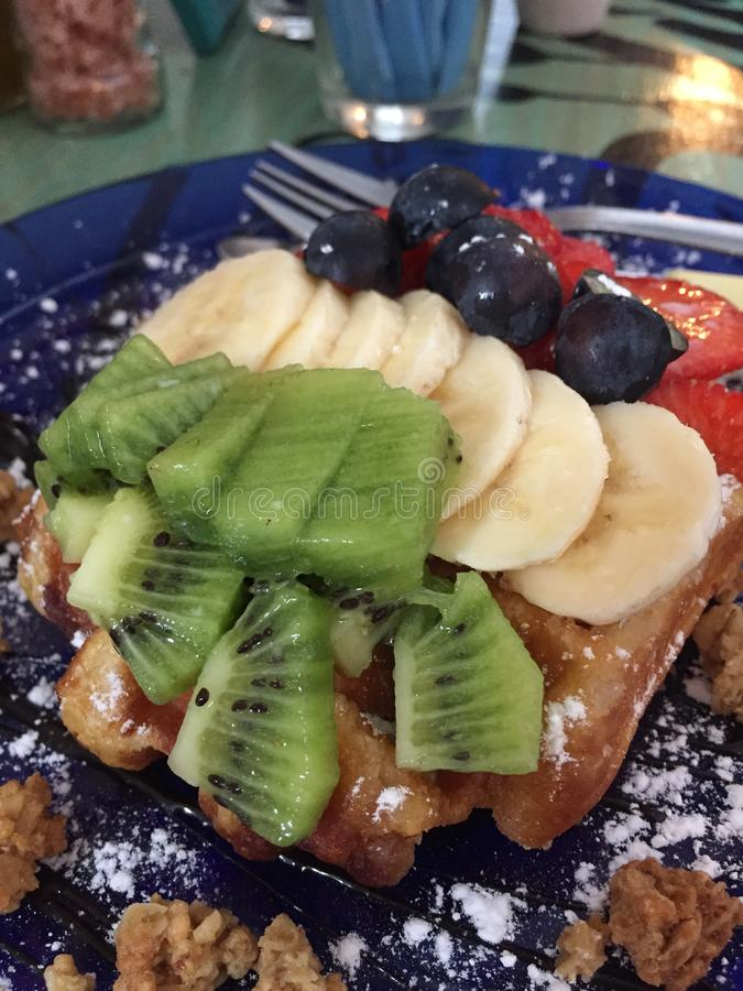 Śniadaniowy gofr zakrywający w owoc fotografia stock