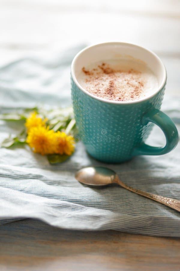 Śniadaniowy pomysł Filiżanka z kawą z dandelion na bieliźnianej pielusze i drewnianym tle zdjęcia stock