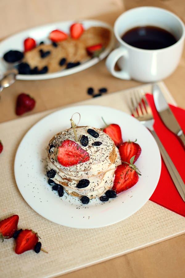 Śniadaniowy stół, słodcy bliny z lato jagodami zdjęcie stock