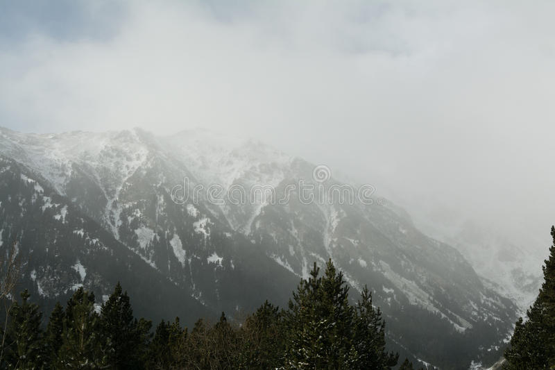 Śnieżna burza w zim Pyrenees górach Miecielica i śnieżyści halni szczyty zdjęcie stock