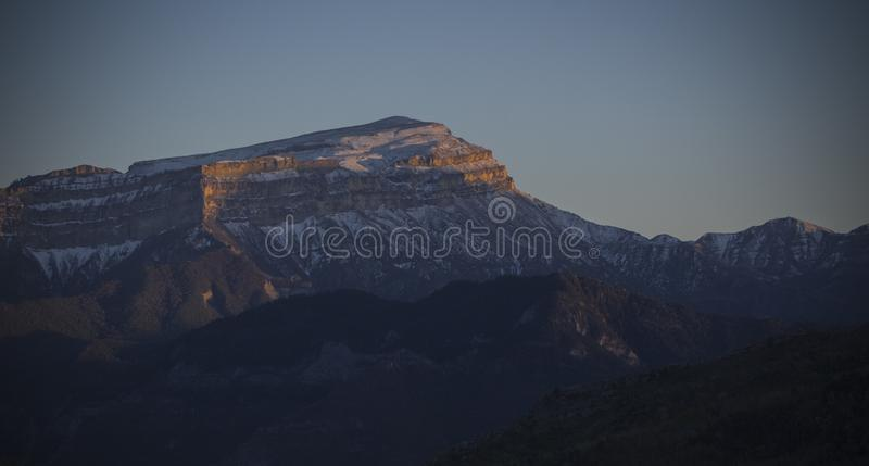 Śnieżna Caucasus góra przy zmierzchem obrazy stock