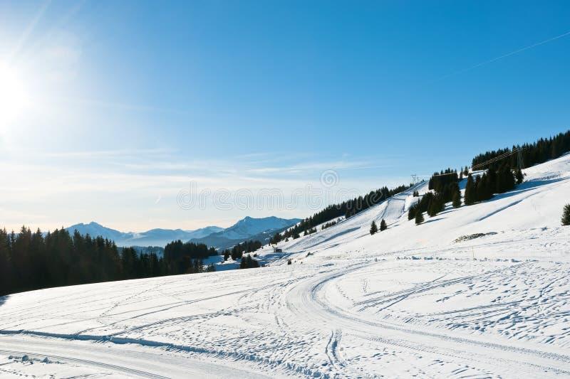 Śnieżna droga i narta tropimy blisko Avoriaz miasteczka w Alps zdjęcia stock