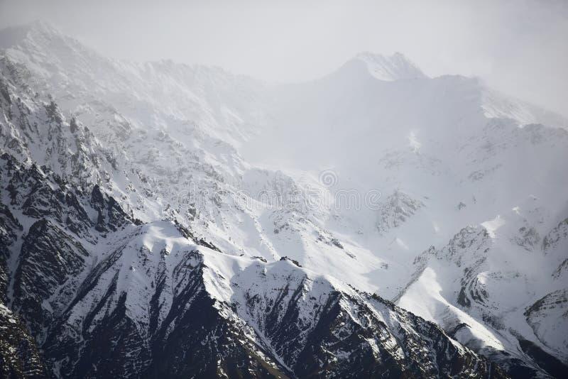 Śnieżna góra z niebieskim niebem od Leh Ladakh India zdjęcia royalty free