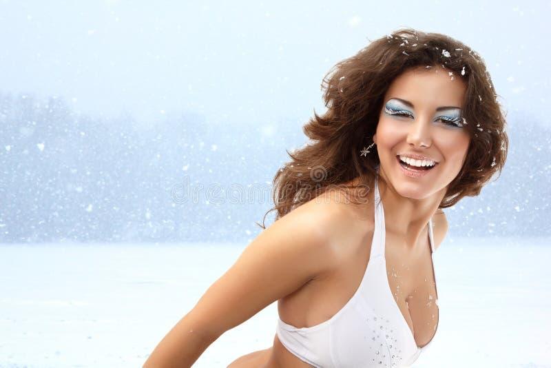 Śnieżna królowa - boże narodzenie młodej seksownej kobiety szczęśliwy ono uśmiecha się obrazy stock
