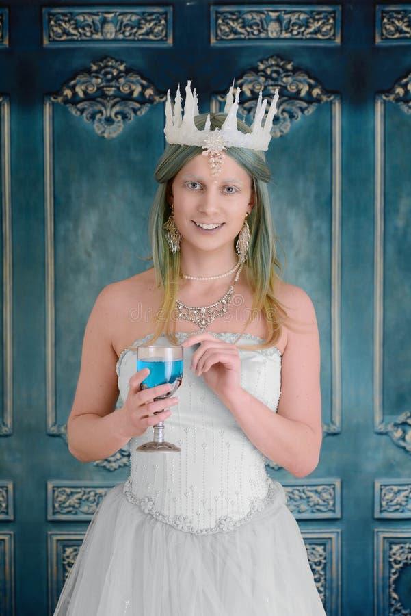 Śnieżna królowa trzyma chalice zdjęcia royalty free