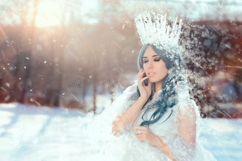 Śnieżna królowa w zimy fantazi krajobrazie obrazy stock